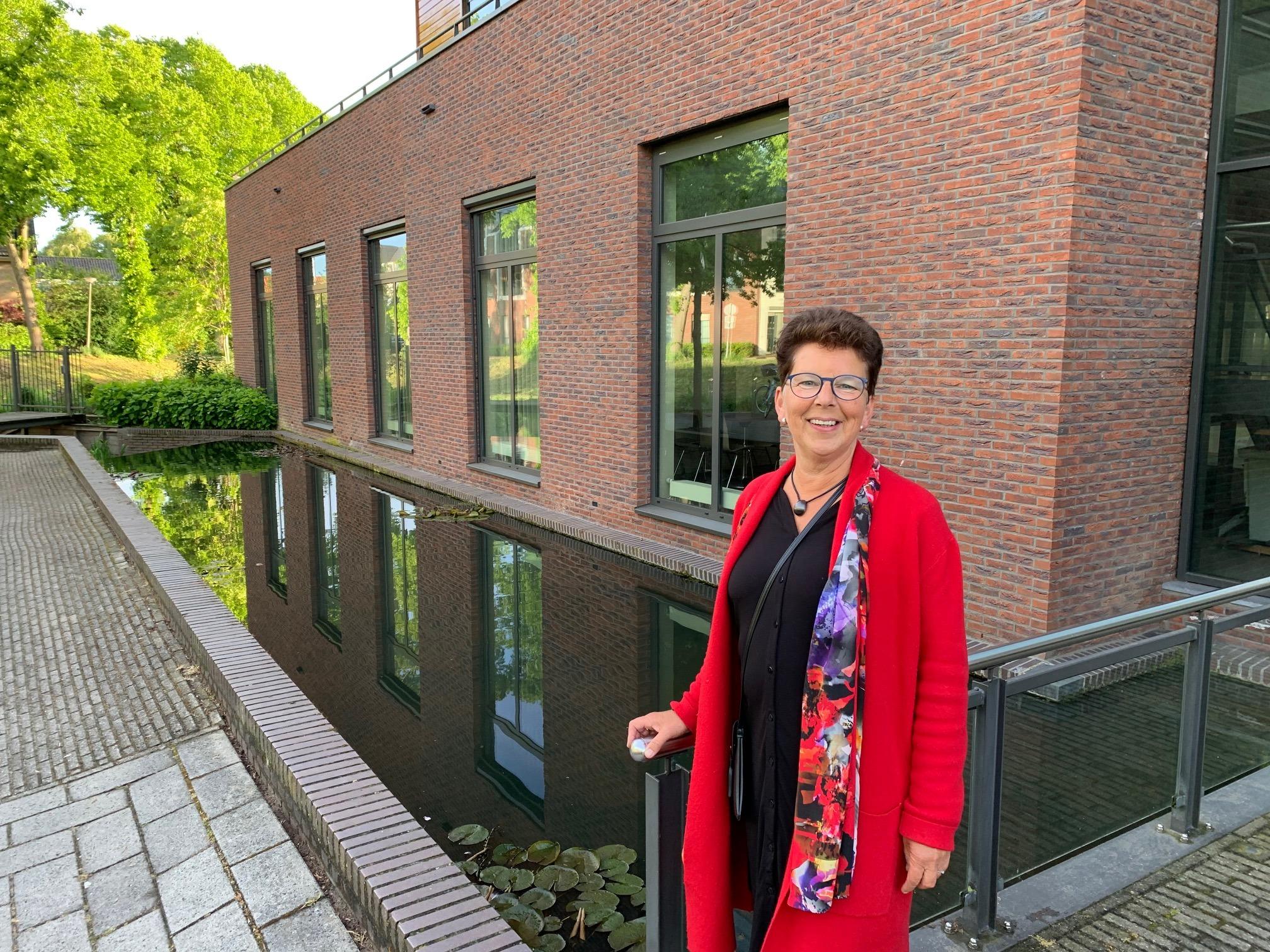 Jozina Hoek voor gebouw De Ark