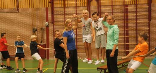 Liäne Duran flankeert de kinderen links; Manouk Achterberg rechts.