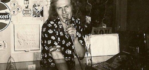 DJ Epo in actie in Het Koetshuis.