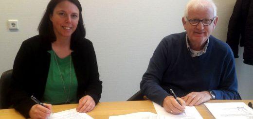 Het ondertekenen van het contract door Monique Overes-Lingen namens Rabobank Krimpenerwaard en Bram Hofman namens de Stichting Wielercomité Lekkerkerk.