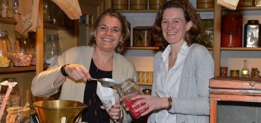 Cindy Snoeck en Kim de Vries (rechts) in het snoepwinkeltje van het museum.
